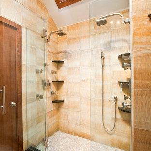 Пример оригинального дизайна: большая главная ванная комната в восточном стиле с настольной раковиной, плоскими фасадами, темными деревянными фасадами, столешницей из гранита, накладной ванной, двойным душем, раздельным унитазом, желтой плиткой, каменной плиткой, желтыми стенами и полом из мозаичной плитки