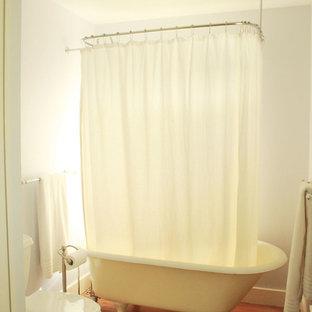 Неиссякаемый источник вдохновения для домашнего уюта: главная ванная комната среднего размера в классическом стиле с ванной на ножках, душем над ванной, раздельным унитазом, серыми стенами, паркетным полом среднего тона, коричневым полом, шторкой для душа, фасадами с выступающей филенкой, темными деревянными фасадами, столешницей из известняка, бежевой столешницей и настольной раковиной