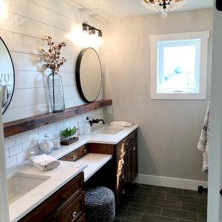Idee per una stanza da bagno padronale country di medie dimensioni con consolle stile comò, ante in legno bruno, doccia alcova, WC monopezzo, pareti grigie, pavimento con piastrelle in ceramica, lavabo da incasso, top in marmo, pavimento nero e porta doccia a battente