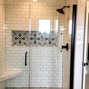 Immagine di una stanza da bagno padronale country di medie dimensioni con doccia alcova, pareti grigie, pavimento con piastrelle in ceramica, pavimento nero e porta doccia a battente