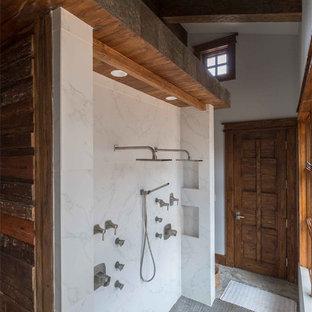 Inspiration för stora rustika en-suite badrum, med släta luckor, skåp i mörkt trä, ett japanskt badkar, stenkakel, klinkergolv i keramik och bänkskiva i akrylsten