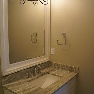Esempio di un'ampia stanza da bagno per bambini chic con lavabo sottopiano, ante in stile shaker, ante bianche, top in granito, vasca da incasso, vasca/doccia, WC a due pezzi, piastrelle bianche, piastrelle in ceramica, pareti beige e pavimento in gres porcellanato