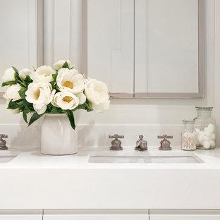 Foto di una grande sauna classica con ante lisce, ante bianche, vasca freestanding, WC monopezzo, piastrelle beige, piastrelle in pietra, pareti bianche, pavimento con piastrelle a mosaico, lavabo sottopiano e top in quarzo composito