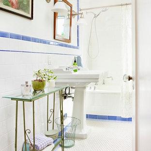 Kleines Shabby-Look Badezimmer mit weißen Schränken, blauen Fliesen, Sockelwaschbecken, Badewanne in Nische, Keramikfliesen, weißer Wandfarbe und Keramikboden in Los Angeles