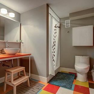 Inspiration för 60 tals badrum för barn, med blå skåp, en dusch i en alkov, en toalettstol med hel cisternkåpa, grå väggar, ett fristående handfat och dusch med duschdraperi