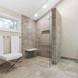 Idéer för mellanstora funkis en-suite badrum, med släta luckor, vita skåp, en kantlös dusch, vita väggar, grått golv och dusch med gångjärnsdörr