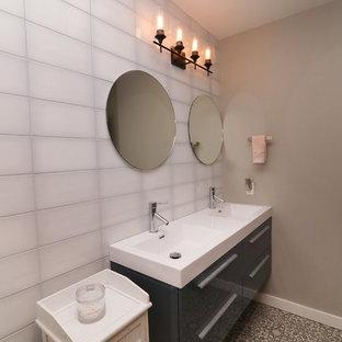 Idee per una stanza da bagno per bambini chic di medie dimensioni con ante di vetro, ante grigie, vasca sottopiano, piastrelle bianche, piastrelle di vetro, pareti beige, pavimento in linoleum, top in quarzite e top bianco