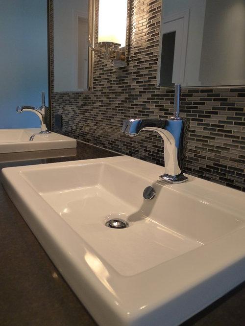 klassische badezimmer mit toilette mit aufsatz sp lkasten. Black Bedroom Furniture Sets. Home Design Ideas