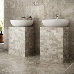Foto de cuarto de baño principal, tradicional renovado, de tamaño medio, con baldosas y/o azulejos marrones, baldosas y/o azulejos blancos, baldosas y/o azulejos de piedra, paredes beige, suelo vinílico, lavabo sobreencimera y encimera de azulejos
