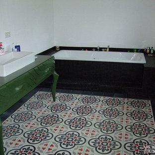 Imagen de cuarto de baño principal, mediterráneo, con baldosas y/o azulejos de cemento y suelo de azulejos de cemento