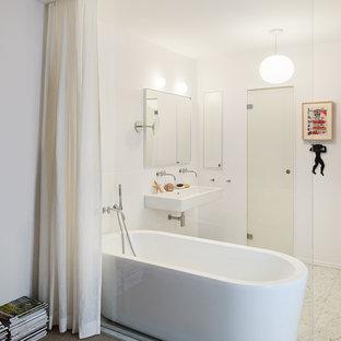 Exempel på ett mellanstort modernt badrum, med ett fristående badkar, vita väggar och ett fristående handfat