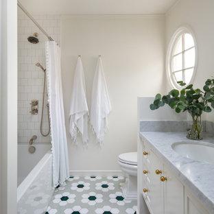 Mittelgroßes Klassisches Badezimmer En Suite mit Badewanne in Nische, Duschbadewanne, weißen Fliesen, Keramikfliesen, weißer Wandfarbe, Keramikboden, Marmor-Waschbecken/Waschtisch, grünem Boden, Duschvorhang-Duschabtrennung und weißer Waschtischplatte in San Francisco