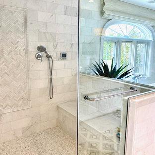 Inspiration för ett stort vintage vit vitt en-suite badrum, med luckor med infälld panel, vita skåp, ett fristående badkar, en dubbeldusch, en toalettstol med separat cisternkåpa, vit kakel, marmorkakel, grå väggar, marmorgolv, ett undermonterad handfat, bänkskiva i kvartsit, grått golv och dusch med gångjärnsdörr