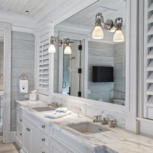 マイアミのビーチスタイルのおしゃれな浴室 (大理石の洗面台) の写真