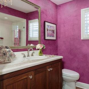 Ispirazione per una stanza da bagno con doccia tradizionale di medie dimensioni con ante con riquadro incassato, ante in legno scuro, doccia alcova, piastrelle bianche, pareti rosa, pavimento in legno massello medio, lavabo sottopiano e top in quarzo composito