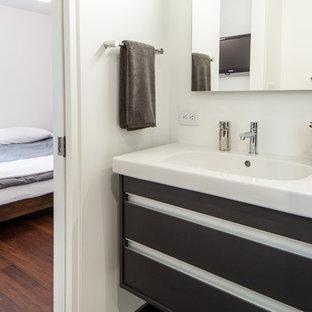 Esempio di una stanza da bagno moderna di medie dimensioni con vasca ad alcova, piastrelle grigie, piastrelle in ceramica, pareti bianche e pavimento in gres porcellanato