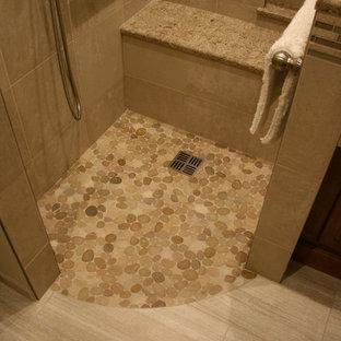 Idee per una stanza da bagno padronale tradizionale di medie dimensioni con ante lisce, ante marroni, vasca da incasso, doccia a filo pavimento, piastrelle beige, piastrelle di ciottoli e top in quarzo composito