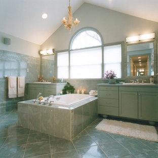 Idee per una grande stanza da bagno padronale chic con ante in stile shaker, ante verdi, vasca da incasso, doccia alcova, piastrelle verdi, piastrelle in pietra, pareti verdi, pavimento in marmo, lavabo da incasso e top in quarzo composito