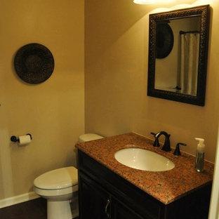 Foto di una stanza da bagno con doccia classica di medie dimensioni con vasca ad alcova, vasca/doccia, WC a due pezzi, pareti beige, parquet scuro, lavabo sottopiano, top alla veneziana, pavimento marrone, doccia con tenda e ante nere