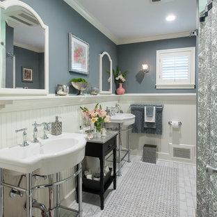 Modelo de cuarto de baño principal, clásico, de tamaño medio, con lavabo tipo consola, bañera empotrada, combinación de ducha y bañera, baldosas y/o azulejos blancos, paredes grises, suelo de mármol y ducha con cortina