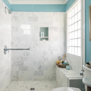 Cette image montre une salle d'eau traditionnelle de taille moyenne avec un carrelage blanc, un carrelage de pierre, un mur bleu et un sol en marbre.