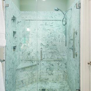 Ispirazione per una stanza da bagno padronale stile marinaro di medie dimensioni con vasca freestanding, doccia alcova, piastrelle grigie, piastrelle di marmo, pareti beige, pavimento in marmo, pavimento grigio e porta doccia a battente