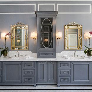Inspiration för klassiska en-suite badrum, med luckor med profilerade fronter, blå skåp, grå väggar och ett undermonterad handfat