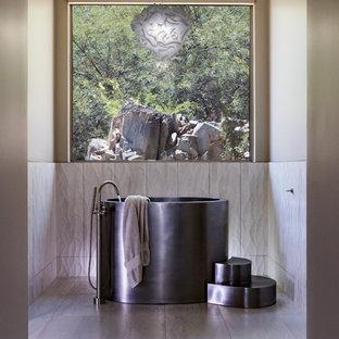 Неиссякаемый источник вдохновения для домашнего уюта: главная ванная комната среднего размера в современном стиле с японской ванной, белой плиткой, керамогранитной плиткой, бежевыми стенами, полом из керамогранита и серым полом