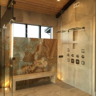 Badezimmer mit braunen Fliesen und Porzellan-Bodenfliesen ...