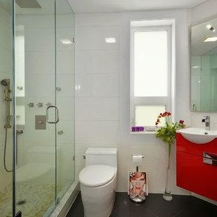 Immagine di una piccola stanza da bagno con doccia con ante con bugna sagomata, ante rosse, top in quarzo composito, piastrelle bianche, lavabo rettangolare, doccia ad angolo, WC monopezzo, piastrelle in ceramica, pareti bianche e pavimento con piastrelle in ceramica