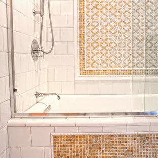 Неиссякаемый источник вдохновения для домашнего уюта: ванная комната среднего размера в стиле современная классика с желтыми стенами, мраморным полом, врезной раковиной, фасадами с утопленной филенкой, белыми фасадами, столешницей из оникса, накладной ванной, душем над ванной, раздельным унитазом, белой плиткой и плиткой мозаикой