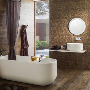 Ejemplo de cuarto de baño principal, clásico renovado, de tamaño medio, con armarios abiertos, combinación de ducha y bañera, paredes marrones, suelo de madera oscura, encimera de cobre, suelo marrón y ducha abierta