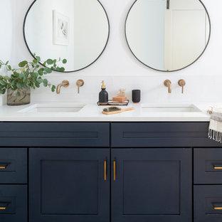デンバーのトランジショナルスタイルのおしゃれな浴室 (シェーカースタイル扉のキャビネット、青いキャビネット、白い壁、アンダーカウンター洗面器、マルチカラーの床、白い洗面カウンター) の写真