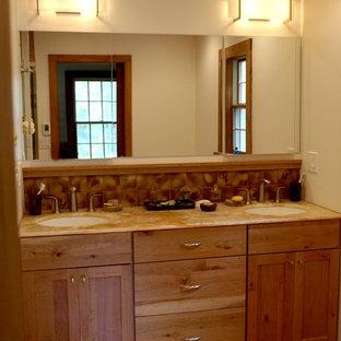 Diseño de cuarto de baño de estilo americano con lavabo bajoencimera, armarios estilo shaker, puertas de armario de madera oscura, encimera de ónix, ducha a ras de suelo, baldosas y/o azulejos de terracota, paredes blancas, suelo de baldosas de terracota y baldosas y/o azulejos marrones