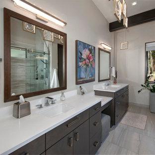 Idéer för stora funkis vitt en-suite badrum, med en dubbeldusch, ett undermonterad handfat, grått golv och dusch med skjutdörr