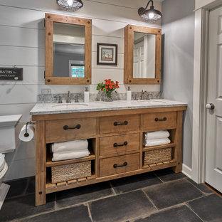 Inspiration för ett mellanstort lantligt vit vitt badrum med dusch, med möbel-liknande, skåp i slitet trä, marmorbänkskiva, grå väggar, klinkergolv i porslin och svart golv