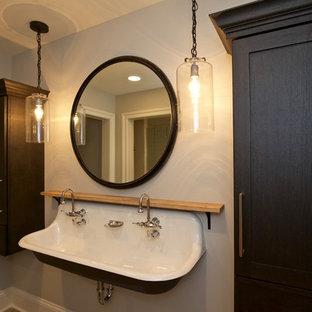 Idee per una stanza da bagno con doccia industriale di medie dimensioni con ante in stile shaker, ante in legno bruno, pareti grigie, parquet chiaro, lavabo sospeso e top in legno