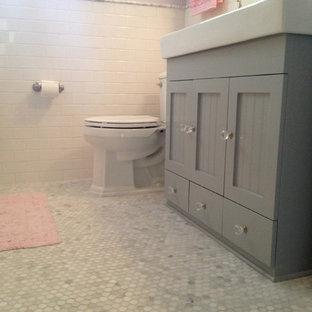 Esempio di una piccola stanza da bagno per bambini american style con ante a filo, ante grigie, vasca ad alcova, vasca/doccia, WC a due pezzi, piastrelle bianche, piastrelle diamantate, pareti viola, pavimento in marmo, lavabo a consolle e top in superficie solida