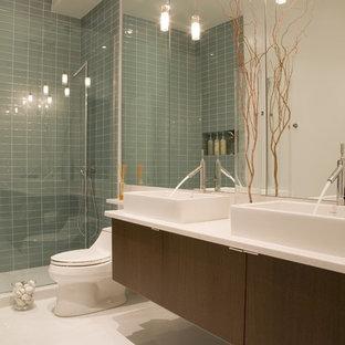 Esempio di una stanza da bagno design con lavabo a bacinella, piastrelle di vetro e top bianco
