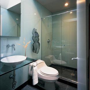 Diseño de cuarto de baño minimalista con lavabo sobreencimera, encimera de vidrio, ducha empotrada y baldosas y/o azulejos grises