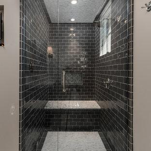 Esempio di un'ampia stanza da bagno padronale mediterranea con consolle stile comò, ante grigie, vasca da incasso, doccia aperta, WC monopezzo, piastrelle multicolore, piastrelle di marmo, pareti beige, pavimento in marmo, lavabo da incasso, top in marmo e doccia aperta