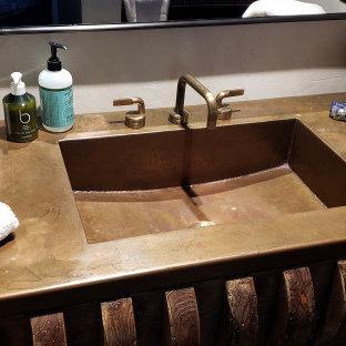 Foto på ett rustikt badrum, med bänkskiva i koppar