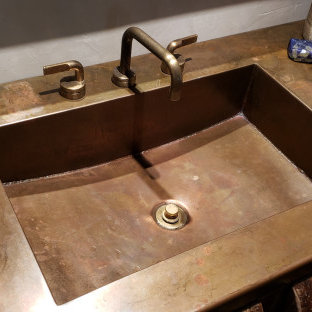 Idéer för rustika badrum, med bänkskiva i koppar