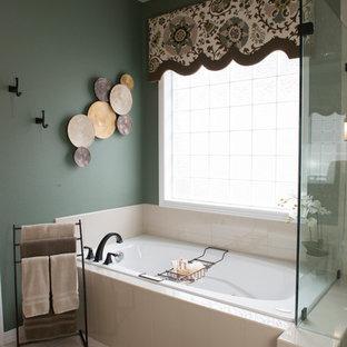 Foto di una stanza da bagno padronale classica di medie dimensioni con ante con bugna sagomata, ante bianche, vasca idromassaggio, doccia aperta, piastrelle multicolore, lastra di vetro, pareti verdi, pavimento con piastrelle in ceramica, lavabo sottopiano e top in quarzo composito