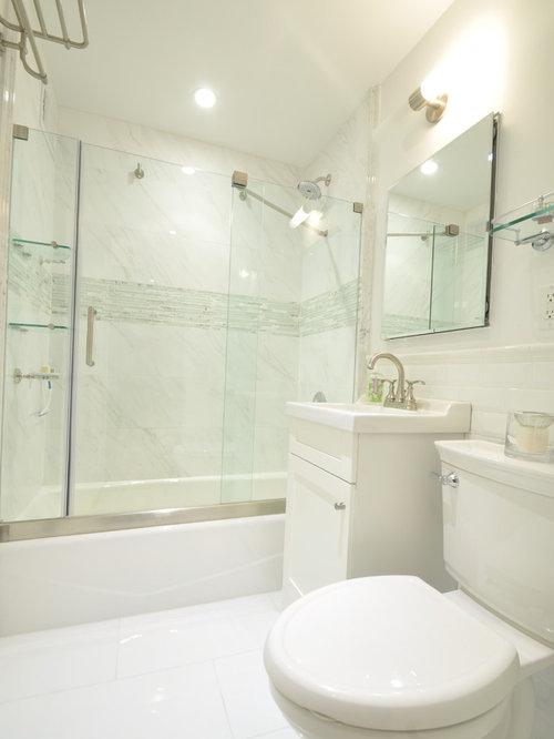 Salle de bain avec une baignoire encastr e et un placard porte affleurante - Taille moyenne salle de bain ...