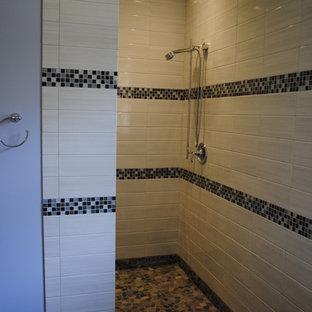 Modelo de cuarto de baño principal, de estilo americano, grande, con paredes púrpuras, ducha a ras de suelo, lavabo encastrado y encimera de azulejos