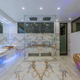 Immagine di una grande stanza da bagno padronale moderna con ante bianche, vasca freestanding, doccia doppia, piastrelle bianche, piastrelle di marmo, pareti bianche, pavimento in marmo, lavabo a bacinella, top in onice, pavimento bianco e porta doccia a battente
