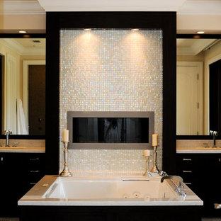 Idéer för stora funkis brunt en-suite badrum, med släta luckor, svarta skåp, en jacuzzi, mosaik, beige väggar, mosaikgolv, ett undermonterad handfat, granitbänkskiva och grått golv