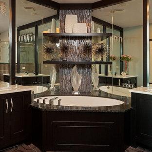 Ispirazione per una stanza da bagno padronale minimal di medie dimensioni con ante con riquadro incassato, ante nere, vasca sottopiano, piastrelle a specchio, pareti multicolore, pavimento in cementine, lavabo sottopiano, top in quarzo composito e pavimento grigio