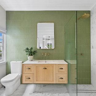 Großes Klassisches Duschbad mit hellen Holzschränken, offener Dusche, grünen Fliesen, Unterbauwaschbecken, Marmor-Waschbecken/Waschtisch, offener Dusche, weißer Waschtischplatte, Schrankfronten im Shaker-Stil, grauer Wandfarbe, Porzellan-Bodenfliesen, grauem Boden, Einzelwaschbecken, schwebendem Waschtisch und Holzdielendecke in Brisbane